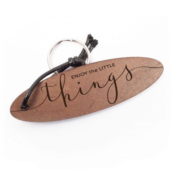 Schlüsselanhänger oval aus Echtleder mit Gravur im Used Look   enjoy the little things